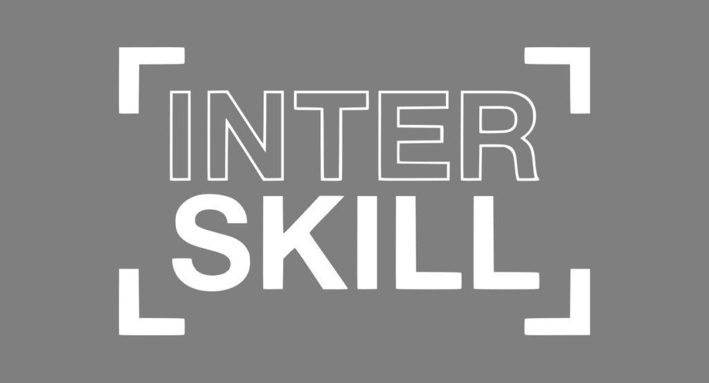 inverzní logo InterSkill na šedém pozadí